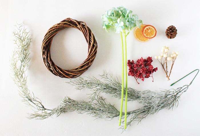 最近の100均の造花は実に精巧なタイプが多く、一見本物?と思ってしまうようなアイテムもたくさんあります。そんな、オシャレでコスパも◎の造花で手作りリースを作ってみませんか?