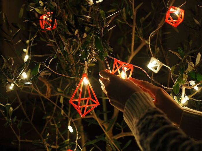 窓辺に吊るしても良いし、クリスマスツリーのオーナメントにもピッタリ。中にライトを包み込むように入れればより素敵な雰囲気を演出できて◎。