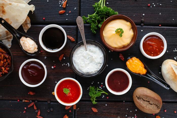ほかにも、ポン酢、味噌ダレ、焼き鳥風の甘ダレ、BBQソース、塩レモン、ガーリックパウダーなど、お好みで用意してみてください。一口ずつソースを変えながら美味しい組み合わせを発見するのも、オイルフォンデュの楽しみです。