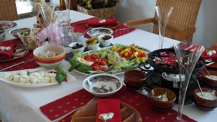 肉類は牛・豚・鶏肉、どれでも◎。脂身が少ない肉のほうが串に刺して揚げやすく、食後の胃に重たさが残りません。魚介類はエビのほかホタテやタコを。野菜類はブロッコリー、アスパラ、しいたけ、さつまいも、パプリカ、なす、れんこんなどをお好みで。
