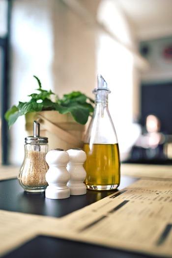スイスではオイルフォンデュにオリーブのオイルが使われます。ローリエやニンニクでほんのり香り付けがされていることも。オリーブオイルのほうが風味豊かに仕上がるためおすすめですが、家庭で気軽に試してみる場合はサラダ油でもかまいません。
