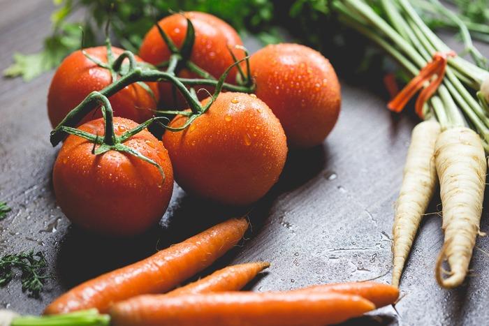 トマトも火を通すと甘さが増して美味しいですよね。ただし!目の前で揚げるオイルフォンデュでは油はねに要注意。小さなお子さんがいる家庭では特に気をつけてください。プチトマトを使用する場合は楊枝で穴を開けてから揚げると爆発を避けられます。 その他の素材でも、くれぐれも水気をよく切っておくことを忘れずに!
