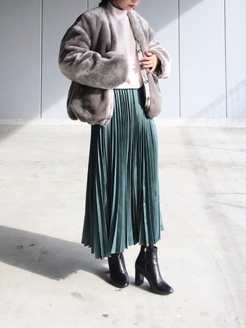 2WAY仕様のグレーのファーブルゾン。毛足が長めな柔らかファーは光沢があって上品な雰囲気。白ニットとグリーンのプリーツスカートと合わせて冬のきれいめコーディネートの完成です。