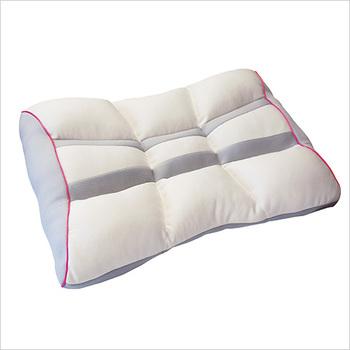 表層を覆う生地に銀イオンを発生する素材を使い、抗菌・消臭効果を持たせた枕です。さらに表面と裏面はそれぞれ通気性の良いメッシュ素材を使っているので、蒸れずに快適。家庭の洗濯機で丸洗いもOKです。また、裏には詰め物の調整口が6カ所あり、必要な分だけ中綿を抜いて高さを微調節できるので、自分にぴったりの枕に仕上げられます。
