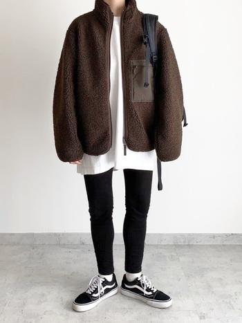 モノトーンコーデにブラウンのフリースをアウターにチョイス。シンプルで動きやすいファッションはどこに行くにも快適です。