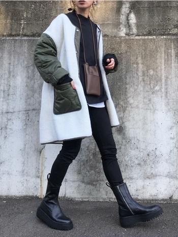 ブラックを基調に足元を厚底ブーツでカッコよくキメて。切り替えが可愛いボアコートをプラスしたら、カッコよさと可愛さを両立させた着こなしに仕上がりますね。