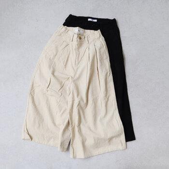 冬といえば、やっぱり履きたいコーデュロイ。こちらはキュロットのコーデュロイパンツ。モノトーンカラーなのでどんなファッションにも合わせやすいですよ。