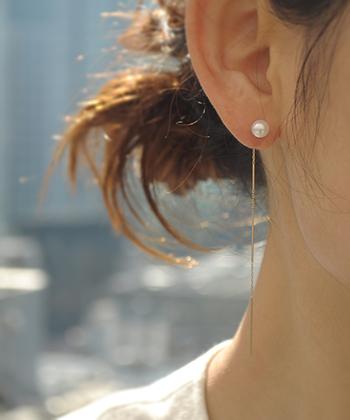 揺れるピアスやイヤリングは、女性らしく華やかな雰囲気が魅力。オケージョンシーンでは派手過ぎないものを選びたいですね。こちらは淡水パールを使ったピアス。縦に長いデザインは、顔回りをスッキリ見せてくれます。小粒のパールと細身のチェーンがとっても上品ですね。