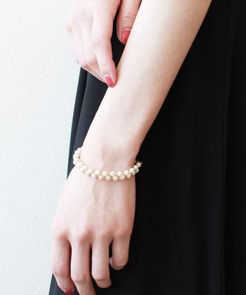 パールを編んだような大人かわいいデザインのブレスレット。小粒のパールですがしっかり存在感があり、程よい太さで、手首をスッキリ見せてくれます。長さ調節できるところが嬉しいポイント!シックなカラーのドレスに合わせたい方におすすめです。