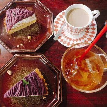 食後のデザートやカフェタイムのおやつには、お店自慢のケーキやタルトをチョイス。見た目も可愛いデザートは季節によってメニューが変わり、何度でも足を運びたくなります。コーヒーや紅茶など、セットドリンクも揃っていますよ。