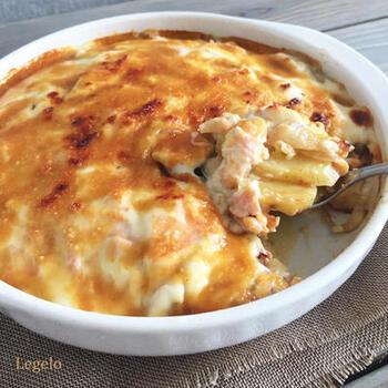 クリーミーなソースとサーモンのコクがあればチーズがなくても十分に美味しい。こちらのレシピは隠し味に甘味噌ソースを加えてまろやかさを足したところがポイントです。