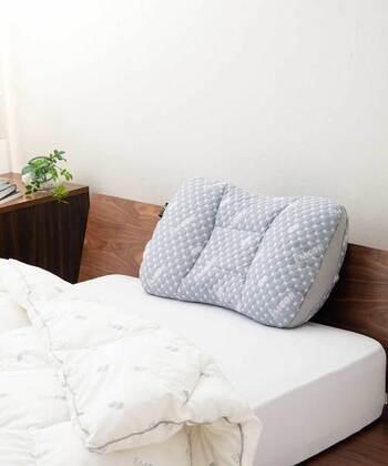 見た目はシンプルですが、快適に使うための工夫がいろいろ盛り込まれた機能性枕です。高さを調整するためのウレタンシート2枚のほか、4つのポケットにはパイプ材が入っているので、枕のどの部位をどの程度の高さにするのか、自分の好みに合わせてカスタマイズできます。
