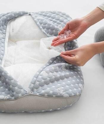 パイプビーズ&メッシュ生地を使ったカバーの組み合わせで通気性もバッチリ。おうちで丸洗いもOKです。湿気の多い季節にも衛生的に使えますね。