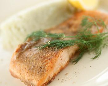 まずは魚料理の定番でもあるムニエルを極めましょう。ポイントは薄く小麦粉を付けてカリッと両面を焼くこと。たっぷりのバター&ロックフォールチーズと和えた濃厚なマッシュポテトを添えて。シンプルだけど、食通が唸る最高の一皿の出来上がり。