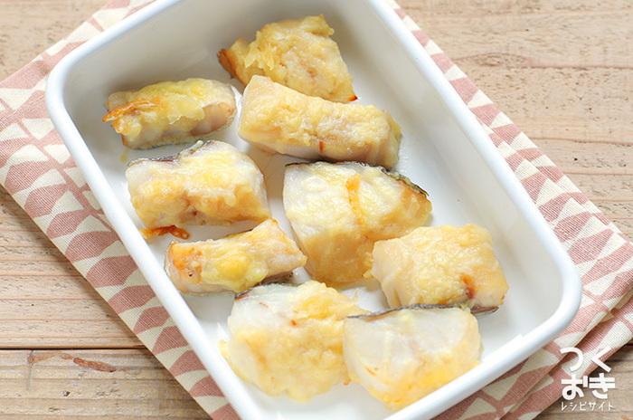 シンプルな材料で一品作りたい時に便利なのが、こちらの「タラの和風チーズ焼き」。白だしを揉みこんだタラにチーズを乗せて200度のオーブンで10~15分ほど焼いたら出来上がりです!