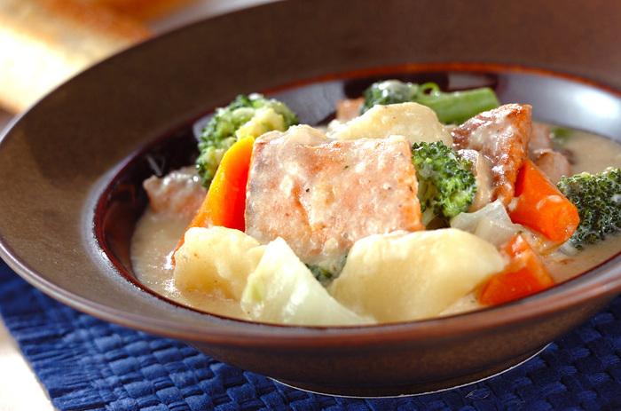 ぽかぽか体が温まるサーモンのクリームシチュー。サーモンの濃厚な旨味が具材に絡み合って、野菜もたっぷりいただけます。栄養たっぷりで体の調子を整えたい時にもおすすめです。