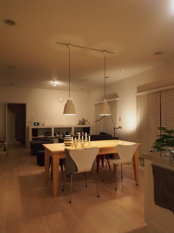 間接照明でお部屋の壁や天井を照らすと、より広々とした開放感のある空間を演出できます。スポットライトやフロアライトなどを組み合わせることで、いつもとは一味違った雰囲気を楽しむことができますよ。