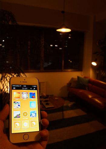 最近ではiPhoneやiPadなどのアプリと連動させて、明るさや色味を変えられる新しいタイプの照明も販売されています。こちらの写真のワイヤレス照明システム「Phillips hue(フィリップス ヒュー)」は調光機能のほかに、帰宅・外出の時間に合わせて自動で点灯・消灯する機能や、天気予報と連動した自動コントロール機能なども充実しています。興味のある方は、ぜひ以下のリンク先のページを参考にしてみてくださいね。