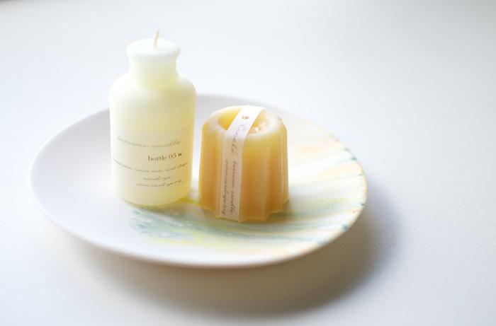 ひとつひとつ手作りされた蜜蝋のキャンドル。乳白色の色合いや、ころんとした形が可愛いですね。たくさん並べてもおしゃれです。