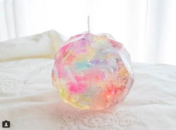 透明感がとっても綺麗なキャンドルは、触るとぷにぷにした不思議な感触です。光が射す部屋に飾っておきたいですね。