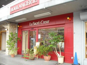 鮮やかな赤が目印の『ル・シュクレ・クール 岸部』は 朝が早いイメージのパン屋さんにしては遅めの午前11時開店。18時までの営業となっていますが、売り切れ次第閉店です。