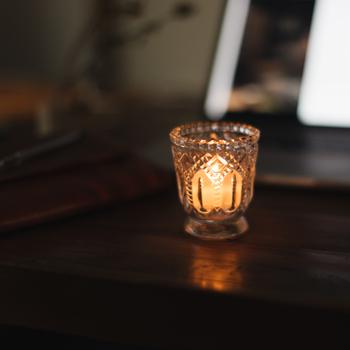ガラスの模様が綺麗なキャンドルホルダー。小さめサイズで控えめな美しさです。シンプルなキャンドルでも特別感を出すことができます。