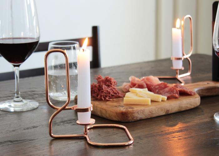 キャンドルの灯りだけで食卓を照らせば、いつもの食事が特別な時間に変わります。家族や友人など大切な人と、ゆっくり食事を楽しんでみて。