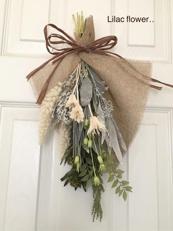 まずは、玄関のドアに吊り下げた基本の飾り方。ナチュラルな風合いの麻布もいい感じ♪