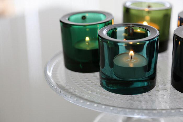 深みのあるグリーンやブルーのキャンドルホルダーは、iittala(イッタラ)のもの。北欧らしいシンプルなデザインです。