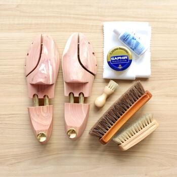 革靴の手入れに必要な道具がすべて含まれた靴磨きセット。革靴の汚れを落とすためのクリーナーは、イタリアのシューケアブランド「モゥブレイ」のもの、革に潤いを与え、艶を出すために使用する乳化性クリームは、フランスのシューケアブランド「SAPHIR(サフィール)」のもの。こだわりのブランドをセレクトしたうれしいセットです。