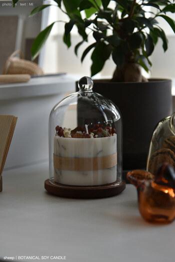 ガラスドームの中にキャンドルを入れて飾るのもおしゃれ。ドームに入れると香りの強さを調節できます。また、ホコリがつく心配がないのも嬉しいポイントです。