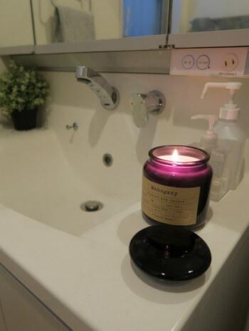 洗面台にキャンドルを置いて、入浴前や後に香りを楽しんで。リラックスできますよ。