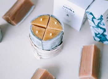 薪をかたどったデザインのキャンドルは、蜜蝋100%でナチュラル。北海道のモミのエッセンシャルオイルを配合しています。北海道の自然を感じられるキャンドルです。