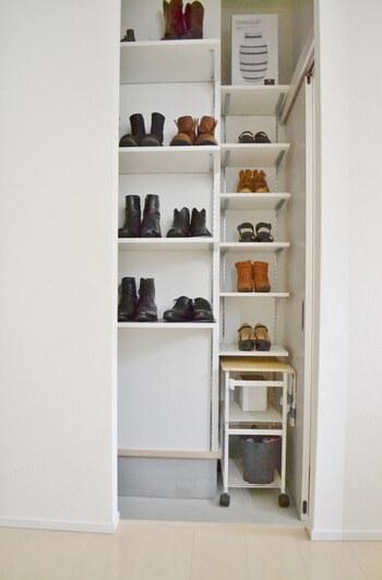 玄関のシューズクローク。靴が整然と収納されていますね。こちらのブロガーさんは、キャスター付きのワゴンに靴のお手入れ用品を収納しているそうです。