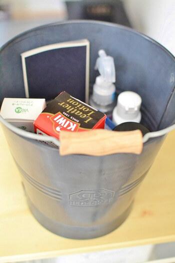 マットな質感がかカッコいいレデッカーのバケツには、靴クリームや、ブラシ、防水スプレーなどお手入れに使う物を収納しているとか。見た目おしゃれ&スマートにケアグッズを収納でき、サッと取り出しやすいから機能的ですね。