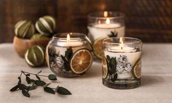 大小のガラスカップの隙間にドライフラワーとジェルが入ったキャンドルは、シナモンやライムなどさまざまな香りが重なっています。