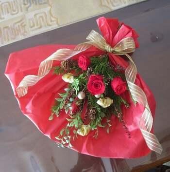 生花に少し手を加えて長持ちさせる人気のプリザーブドフラワー。スワッグにすれば、みずみずしく華やかな美しさが楽しめます。プレゼントにも喜ばれそうですね。