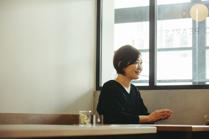三代目店主の杉山知子さん。会えば誰もが好きになるような、純真で気持ちのよい空気をまとっている人