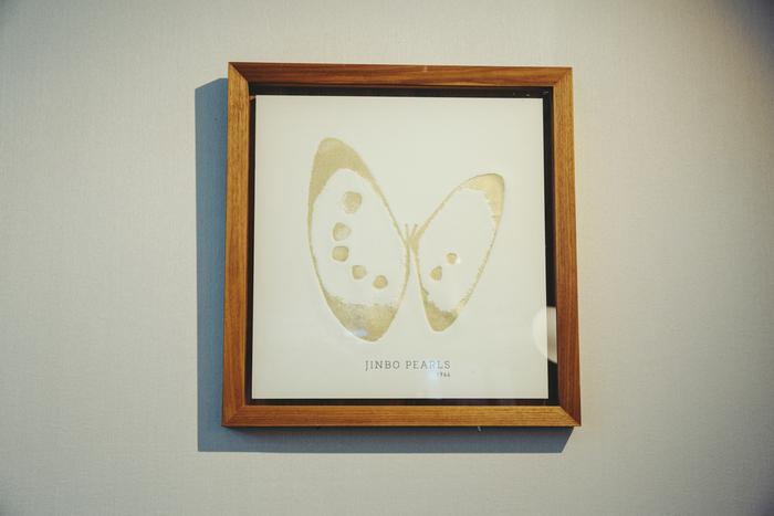 作家・mocchi mocchiさんによるシルクスクリーン作品は店内に展示。池蝶貝を蝶に、真珠を柄に見立てた印象的なマーク