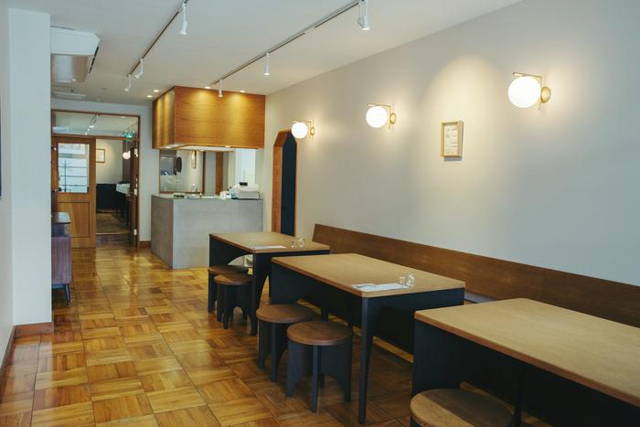 床は閉店したレストランのものをそのまま使用。手前は買い物客や同行した人が一息つけるよう、近江の日本茶を楽しめるサロンスペースになっている