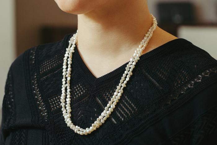 祖母から母、母から杉山さんへ譲り渡された約50年前のネックレス。すべて真珠層でできているびわ湖真珠は汗に強く、夏場につけていても傷みにくい