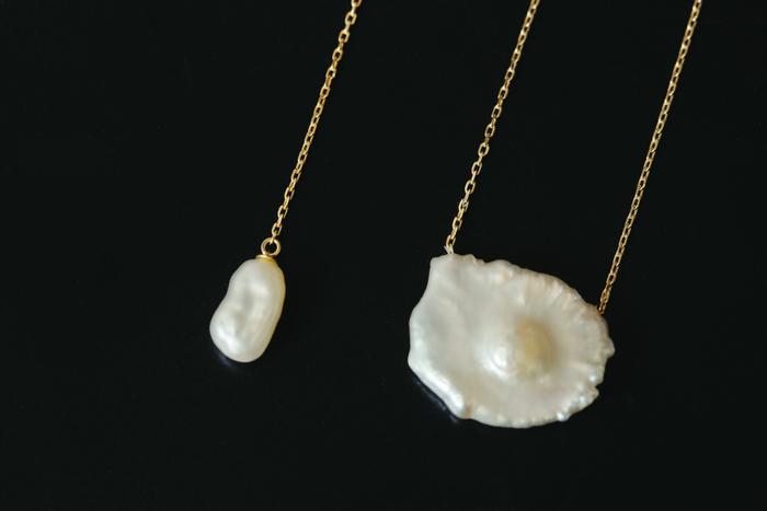パールに目がいくようにと金具は華奢なものを。メッキは絶対に使用せず、最低でも10K、ピアスは必ず18Kを選ぶ。極限まで金具部分をシンプルにしたいので、丸カンさえも気になるという杉山さん。写真右のネックレスのように、真珠に直接鎖が通っているようなデザインが理想的