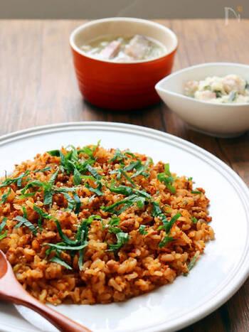 定番のキムチチャーハンに、焼き肉のタレをプラス。これだけでより深い味わいになるから不思議です。キムチを使うので、あとはひき肉さえあれば作れるのもGOOD!