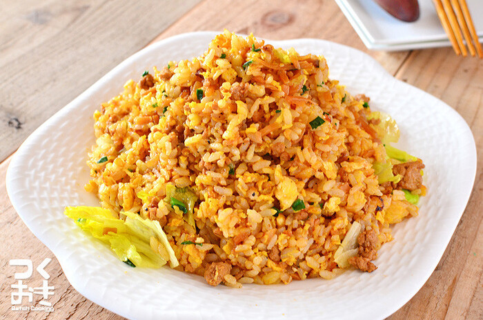 作り置きに便利な肉味噌を使ったチャーハンレシピです。肉味噌に味がついているので、調味料は最小限でも美味しく。甘辛の味つけがしゃっきりレタスと相性抜群です。