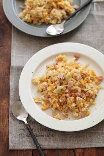 まずはTHEスタンダードなシンプルチャーハンをおさらい!ハムを使って手軽に、美味しく作れるレシピです。シンプルな具材や味つけでもパラっと炒められると格段に美味しくなります。