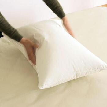 ダウンを使った柔らかい枕は、少しへたってきたかな?と思ったら脇をパフパフして空気を入れ、形を整えてあげましょう。ふっくらとボリュームを取り戻すようなら大丈夫。羽根や羽毛素材の耐用年数は約1年~3年程度なので、膨らみが元に戻らなくなってきたら替え時です。