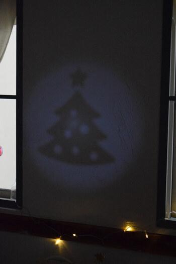 壁に映し出すだけで、クリスマスムードあふれる楽しいお部屋に。ツリーや飾り付けなどなくても、手軽にパーティーでクリスマスのムードを演出でき、盛り上がりそう。特に子供がいる集まりに良いかも。