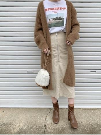 プリントTシャツにラフに羽織ったロングカーデガン。コーデュロイスカートがこなれ感を上手に演出しています。