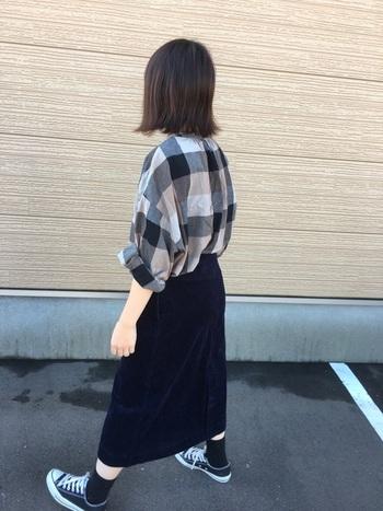 トレンドに左右されにくいネイビーやブラック。カジュアルスタイルを落ち着いた雰囲気に見せてくれます。ネイビーは色褪せしにくいので、コーデュロイも痛みが目立たず長持ちするのが嬉しい。ユニクロのスカートはハイウェストですっきりとしたラインが魅力。同系色のシャツをインしてかっこよくまとまっていますね。
