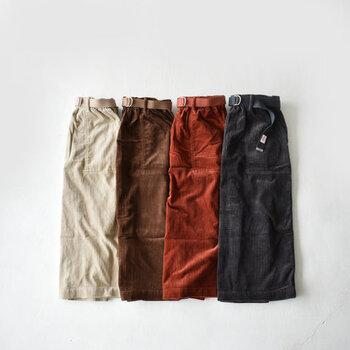 フロントやバックに付いた大きめのポケットなど「DANTON(ダントン)」らしいワーク感あるディティールが特徴的なコーデュロイスカート。トレンド&定番をおさえた秋冬らしいカラーバリエーションも魅力的。スカートと同色のベルトもコーデの引き締め役になってくれますよ。